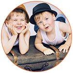 2 petites garçons sur une valise