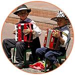 Deux garçons jouant de l'accordéon dans les rues de Buenos Aires