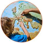 Enfants au dessus d'une carte du monde