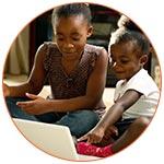 Deux enfants souriants lors d'un baby-sitting en ligne