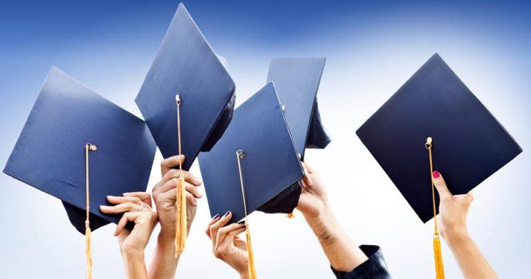 Etudiants qui brandissent leur graduation cap