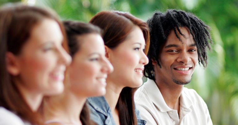 Groupe de jeunes souriants - diversité