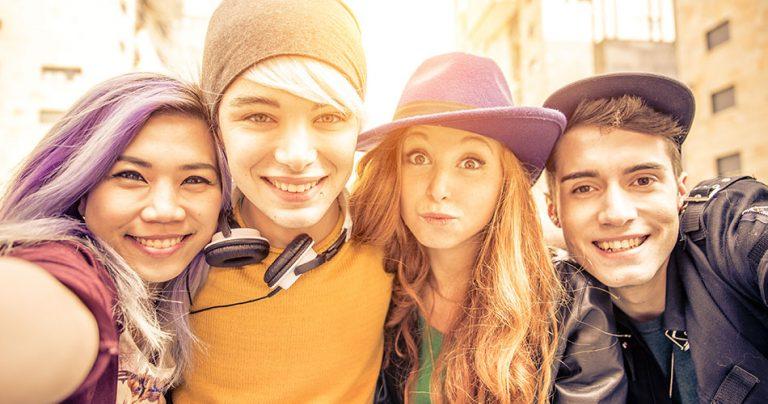Groupe de jeunes étudiants souriants du programme Erasmus