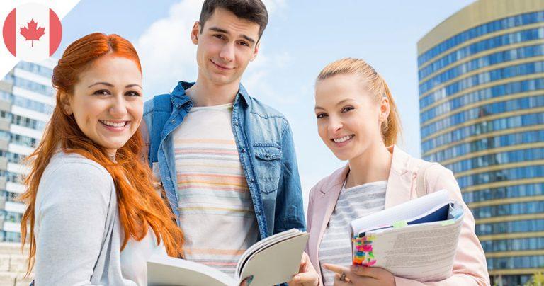 Groupe de 3 jeunes étudiants souriants au Canada