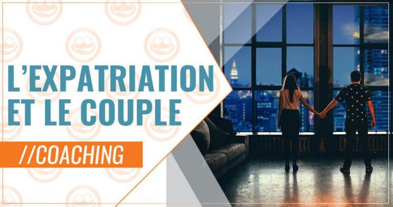 Couple en expatriation devant une grande fenêtre à New York