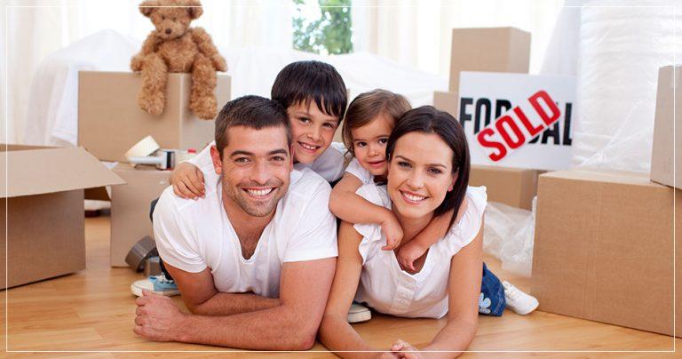 Famille qui prépare un déménagement pour s'expatrier