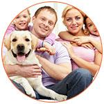 Famille avec leur chien sur le canapé