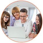 Famille souriante qui consulte internet via ordinateur portable