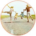 Famille heureuse de 4 personnes sur la route des vacances