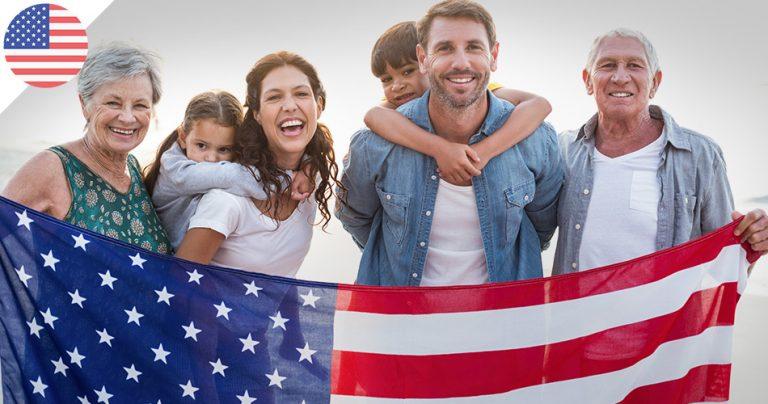 Famille multigénérationnelle sur la plage avec le drapeau américain