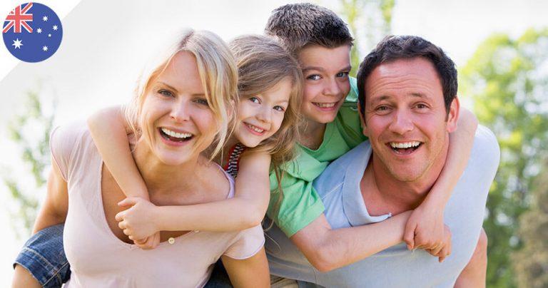 Famille souriante expatriée en Australie