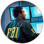 Agent du FBI américain devant des écrans