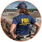 Femme de dos, agent du FBI