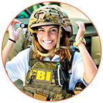 Jeune femme souriante avec équipement du FBI