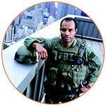 Agent du FBI sur le toit d'un immeuble