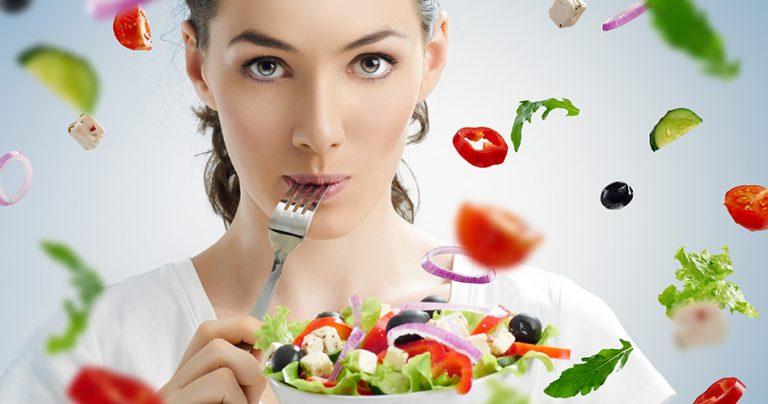 Jeune femme qui mange une alimentation saine