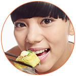 Femme asiatique qui déguste un sushi avec des baguettes