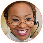 Jolie femme souriante qui porte assistance téléphonique