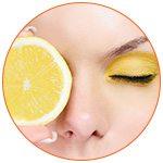 Zoom sur le visage d'une jeune femme avec une rondelle de citron au niveau de l'oeil