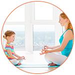 Maman et sa fillette lors d'une séance de yoga méditation