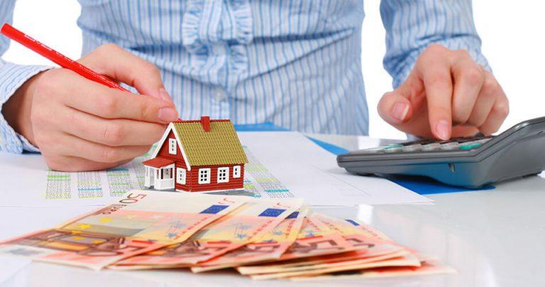 Femme faisant des calculs lors d'une étude de coût immobilier