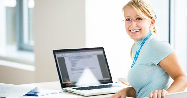 Jeune femme étudiante souriante avec son ordinateur portable