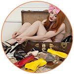 Jeune femme au milieu d'une malle remplie de chaussures