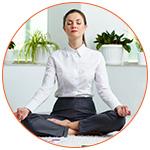 Femme sur son bureau lors d'une séance de méditation