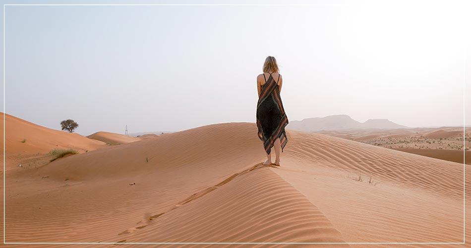 Jeune femme perdue dans le désert