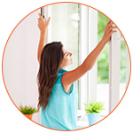 Jeune femme qui respire l'air frais à la fenêtre ouverte