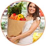 Jeune femme souriante faisant ses courses