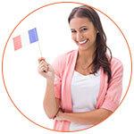 Jeune femme souriante avec un drapeau français à la main