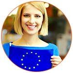 Jeune femme souriante avec le drapeau de l'Union Européenne