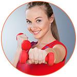 Séduisante jeune sportive en rouge avec des haltères