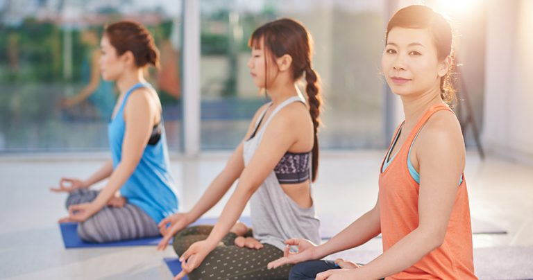 Trois jeunes femmes lors d'une séance de méditation
