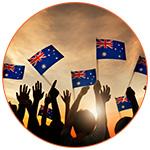 Une foule brandissant des drapeaux australien