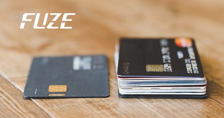 Photo de la FUZE card à côté d'une pile d'autres cartes de crédit