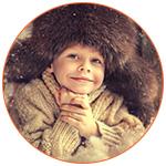 Jeune garçon canadien souriant avec une chapka