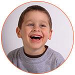Petite garçon qui rigole aux éclats