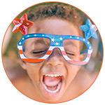 Garçon hilare avec des lunettes aux couleurs de l'Amérique