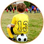 Jeune garçon footballeur avec un maillot jaune numéroté 13