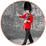 Un garde anglais bobbies qui marche