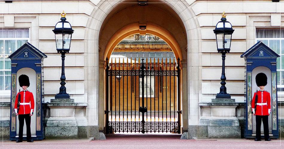 2 gardes anglais en tenue à Londres