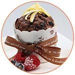 Gâteau au chocolat avec des écorces de citron sur le dessus