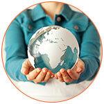 Présentation d'un mini globe terrestre au creux des mains d'une femme