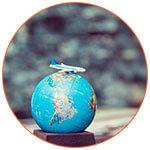 Globe terrestre avec un avion