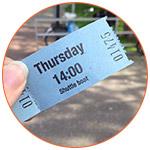 Gros plan sur un ticket d'admission bleu