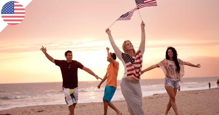 Groupe d'adolescents expatriés sur une plage