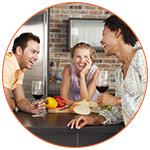 Groupe d'amis expatriés qui boivent un verre de vin