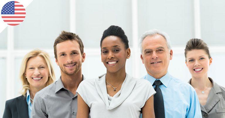 Groupe de 5 employés américains souriants